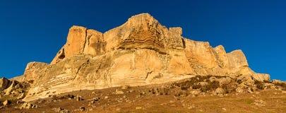 Montagna di Alimova Balka, illuminata dal sole uguagliante, distretto di Bakhchisaray, Crimea, Russia immagine stock