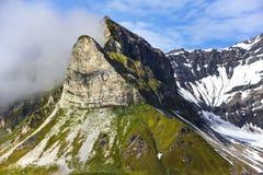 Montagna di Alkhornet sul lato settentrionale dell'entrata all'entrata di Isfjorden vicino alla baia di Trygghamna Fotografia Stock Libera da Diritti