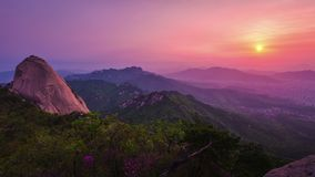 Montagna di Bukhansan a Seoul ad alba di mattina nel parco nazionale di Bukhansan, Corea del Sud Timelapse video d archivio