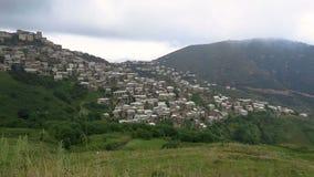 Montagna di Caucaso di architettura del villaggio del paesaggio video d archivio