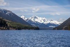 Montagna di Cayoosh e lago spettacolari Duffey lungo la strada principale 99, BC Immagine Stock