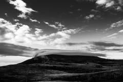 Montagna di Chatyrdag, coperta di nuvole ad alba Fotografia Stock