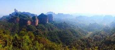 Montagna di Danxia con gli aghi del pino Fotografie Stock