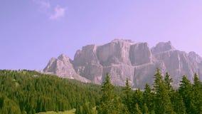 Montagna di Dolomiti di vista aerea in Italia archivi video
