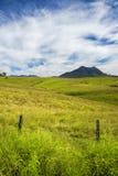 Montagna di entroterra e campo nell'orlo scenico, Queensland immagini stock