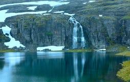 Montagna di estate con il lago e la neve (Norvegia) Fotografia Stock
