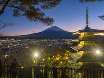 Montagna di Fuji con la pagoda rossa in priorità alta Immagini Stock Libere da Diritti