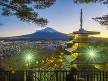 Montagna di Fuji con la pagoda rossa in priorità alta Fotografia Stock