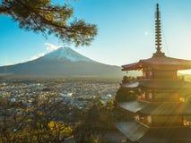 Montagna di Fuji con la pagoda rossa in priorità alta Immagine Stock