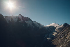 Montagna di Grossglockner e ghiacciaio di Pasterze contro il sole, Austria Fotografia Stock