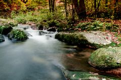 Montagna di Jizerske, fiume di Kamenice, repubblica Ceca fotografia stock