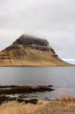 Montagna di Kirkjufell, raincloud, erba asciutta, Islanda Immagine Stock Libera da Diritti