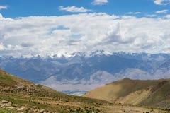 Montagna di Leh dal passaggio della La di Khardung Fotografia Stock Libera da Diritti