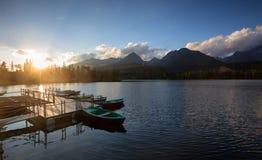 Montagna di panorama, lago Strbske Pleso nelle montagne di Tatra Colori di estate, vista di tramonto Fotografia Stock Libera da Diritti