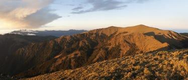 Montagna di panorama scenica nell'alba Fotografia Stock