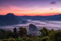 Montagna di Phulangka con myst ed alba nel cittadino di Phu Langka fotografia stock libera da diritti