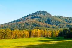 Montagna di Ralsko il giorno soleggiato di autunno La Boemia del Nord, repubblica Ceca Immagine Stock Libera da Diritti