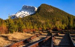 Montagna di Rundle del tunnel ferroviario della città di Banff Fotografie Stock Libere da Diritti