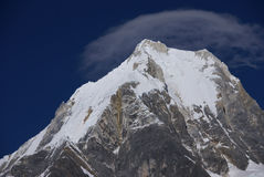 Montagna di Siula con il capin le alte Ande della nube Fotografia Stock