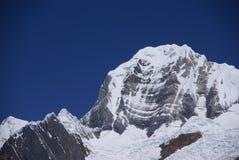 Montagna di Siula nelle alte Ande Immagine Stock