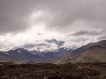 Montagna di Snowy con il tempo nuvoloso in Muktinath Fotografia Stock Libera da Diritti