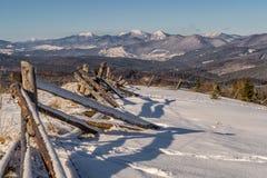 Montagna di Snowy e palizzata trascurata Fotografia Stock Libera da Diritti