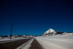 Montagna di Snowy sotto le stelle Immagini Stock