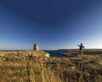 Montagna di trekking dell'uomo vicino al otranto del mare Immagine Stock Libera da Diritti