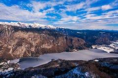 Montagna di Triglav sopra la valle del lago Bohinj nell'orario invernale Fotografia Stock Libera da Diritti