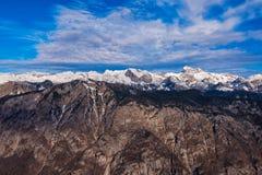 Montagna di Triglav sopra la valle del lago Bohinj nell'orario invernale Fotografia Stock