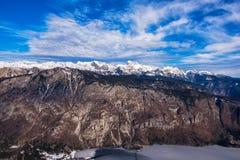 Montagna di Triglav sopra la valle del lago Bohinj nell'orario invernale Immagine Stock Libera da Diritti
