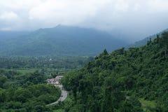 Montagna di vista aerea della casa con la foresta a Nakhornnayok Fotografia Stock