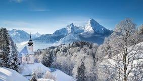 Montagna di Watzmann con la chiesa di pellegrinaggio di Maria Gern nell'inverno Immagine Stock Libera da Diritti