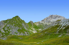 Montagna di Weissfluh sopra la città alpina di Tavate Fotografia Stock