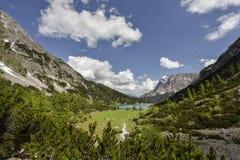 Montagna di Zugspitze e lago Seebensee, vista dalla capanna di Coburger, Ehrwald, Tirolo, Austria Fotografia Stock