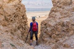 Montagna diritta del deserto della donna Fotografie Stock