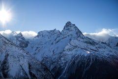 Montagna Dombey, cielo blu, paesaggio Immagine Stock