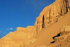 Montagna dorata dell'argilla nel tramonto Fotografie Stock Libere da Diritti