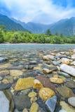 Montagna e Azusa River di Hotaka in Kamikochi, Nagano, Giappone Fotografia Stock