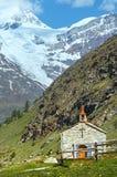 Montagna e chiesa delle alpi di estate Fotografia Stock Libera da Diritti