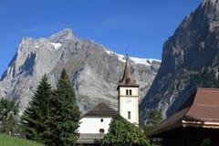 Montagna e chiesa di Wetterhorn nelle alpi di Jungfrau Fotografia Stock Libera da Diritti