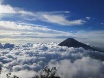 Montagna e cielo Fotografie Stock Libere da Diritti