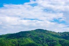 Montagna e cielo blu Fotografia Stock