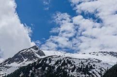 Montagna e cielo blu con le nuvole Immagine Stock