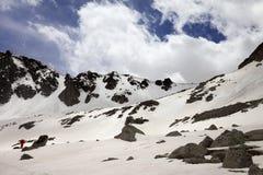 Montagna e cielo blu della neve con le nuvole al giorno di molla Fotografie Stock Libere da Diritti