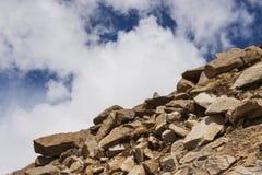 Montagna e cielo blu della roccia sulla strada maestra Fotografie Stock