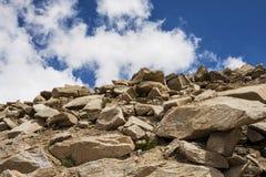 Montagna e cielo blu della roccia sulla strada maestra Immagini Stock