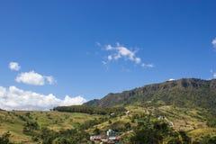 Montagna e cielo blu verdi Immagini Stock Libere da Diritti