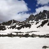 Montagna e cielo di Snowy con le nuvole Immagini Stock
