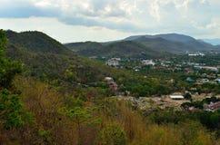 Montagna e città Fotografia Stock Libera da Diritti